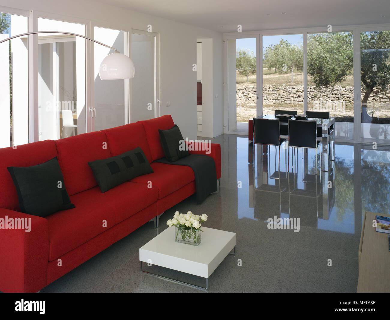Divano Rosso E Grigio divano rosso e bianco tavolino in modern open plan soggiorno