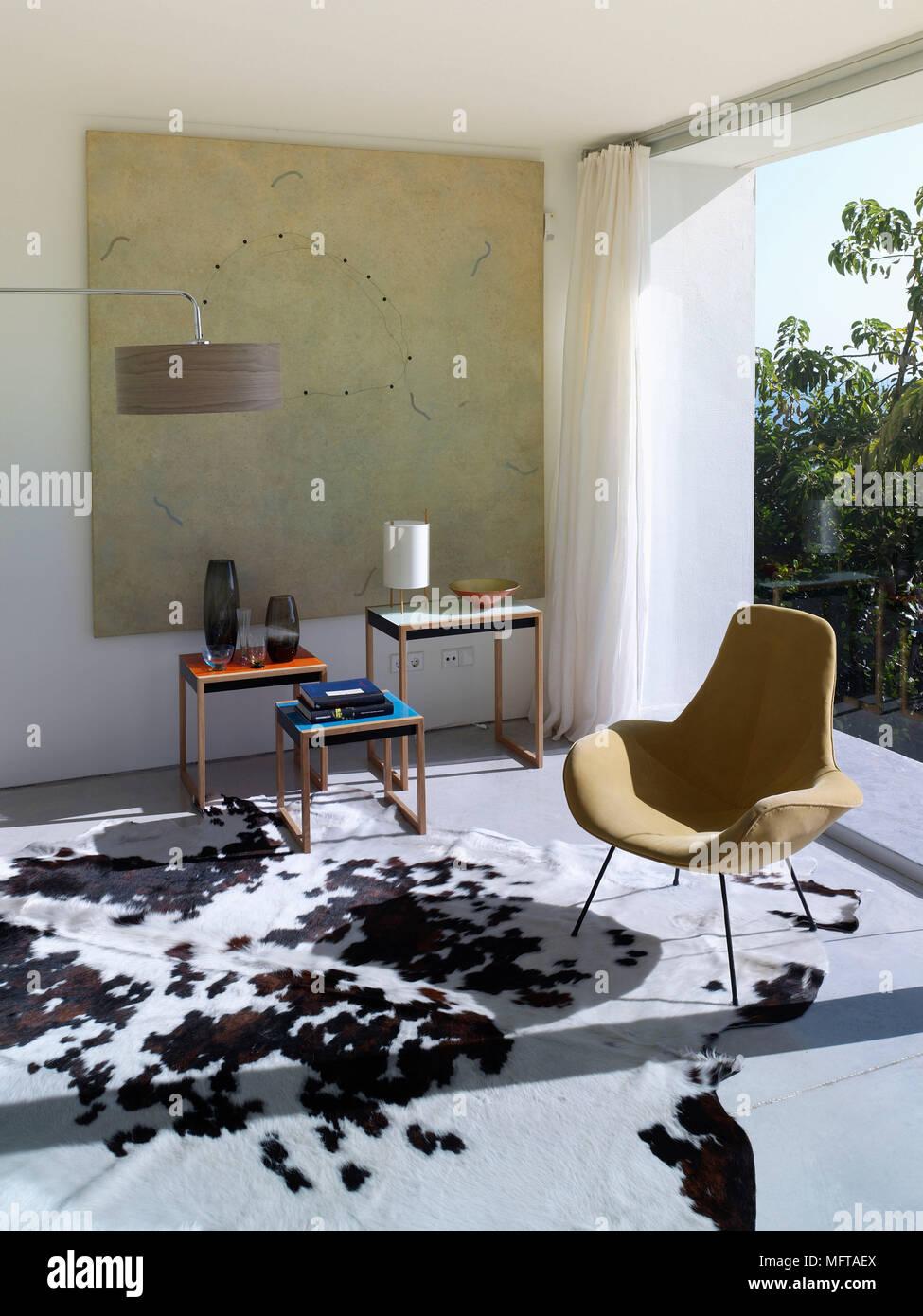 Sedia imbottita in un angolo del contemporaneo salotto Foto ...