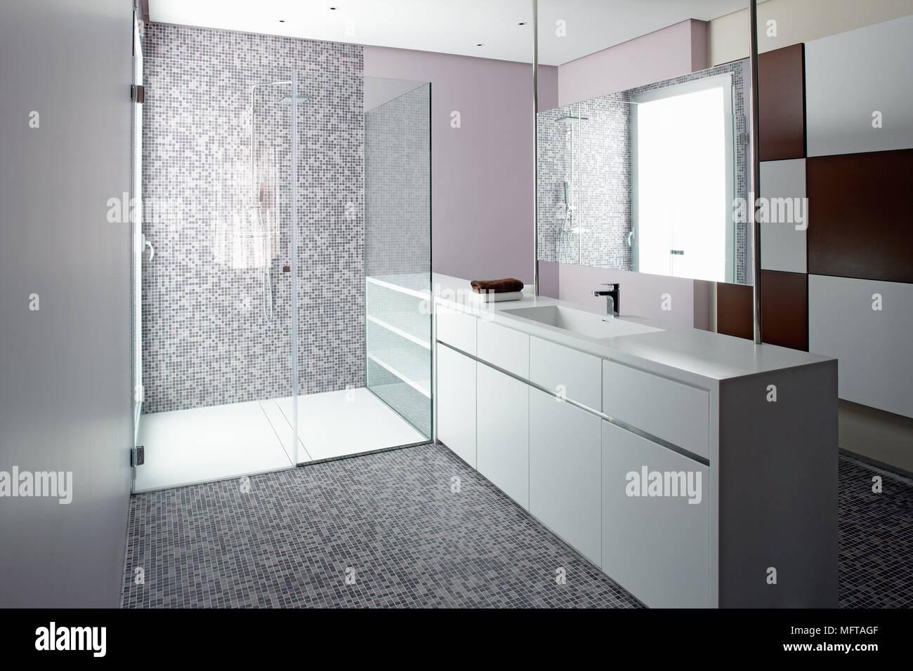 Credenza Moderna In Vetro : Specchio sopra lavabo serie in unità di credenza accanto alla zona
