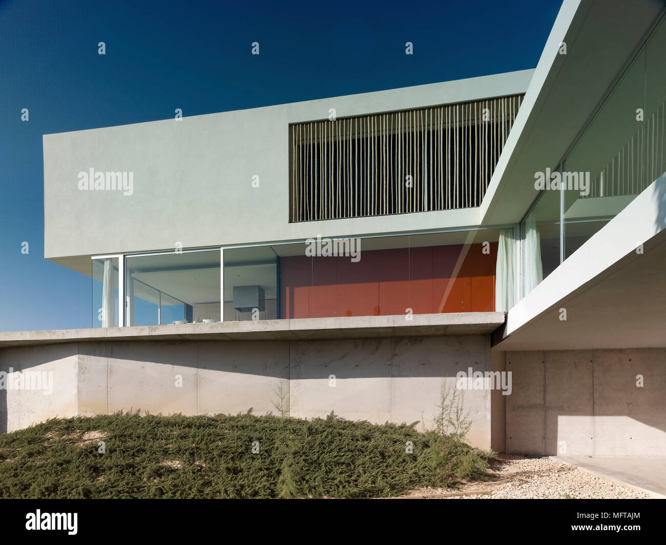 Esterno della casa moderna su diversi livelli con red for Esterno in latino