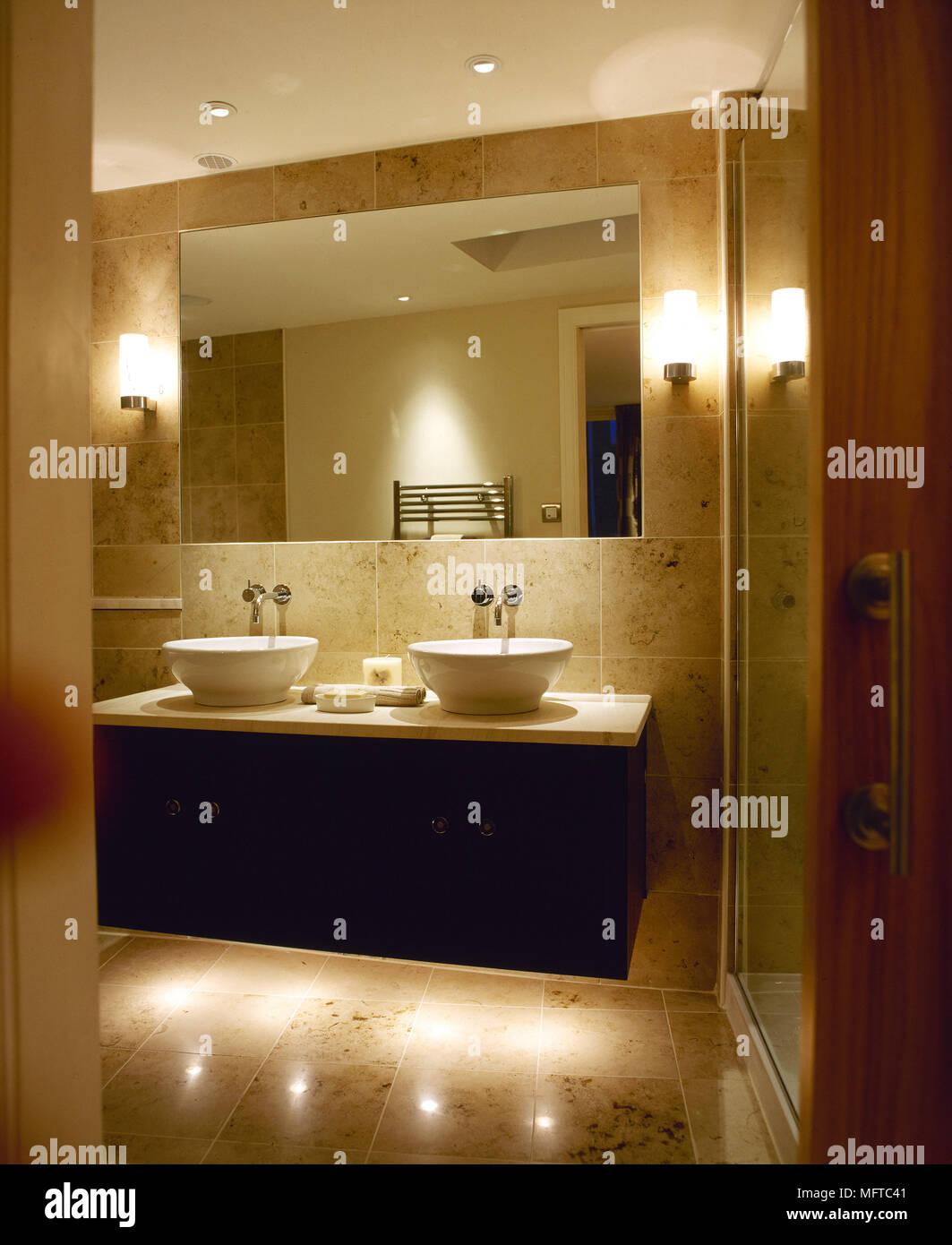 Applique Specchio Bagno Moderno moderno, bagno rivestito di piastrelle con lavandini doppi
