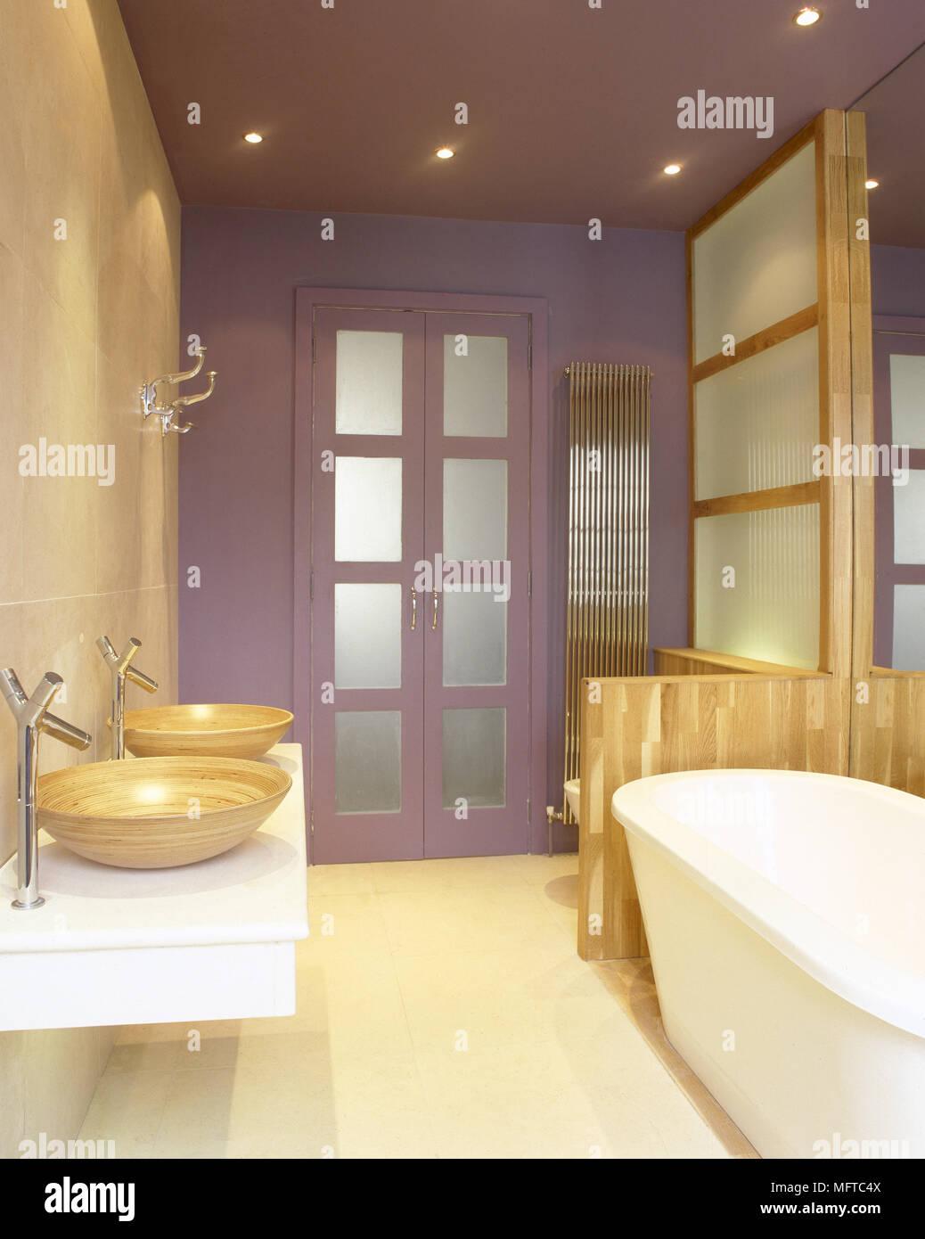 Moderno, bagno rivestito di piastrelle con lavandini in legno su un ...
