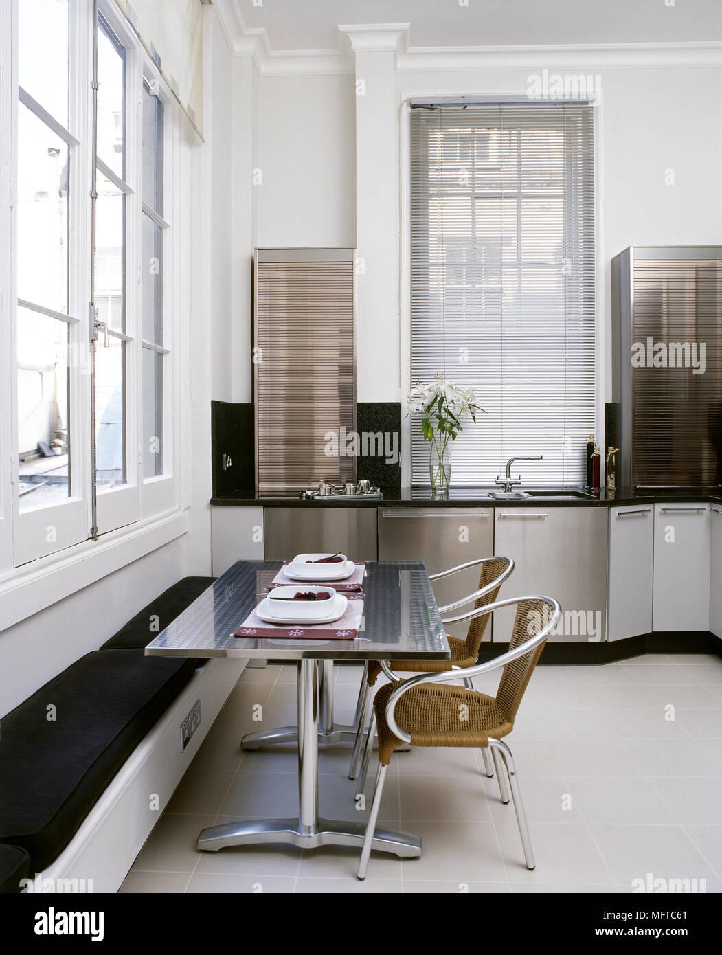 Moderno e cucina abitabile con acciaio inox armadi, tavolo con panca ...