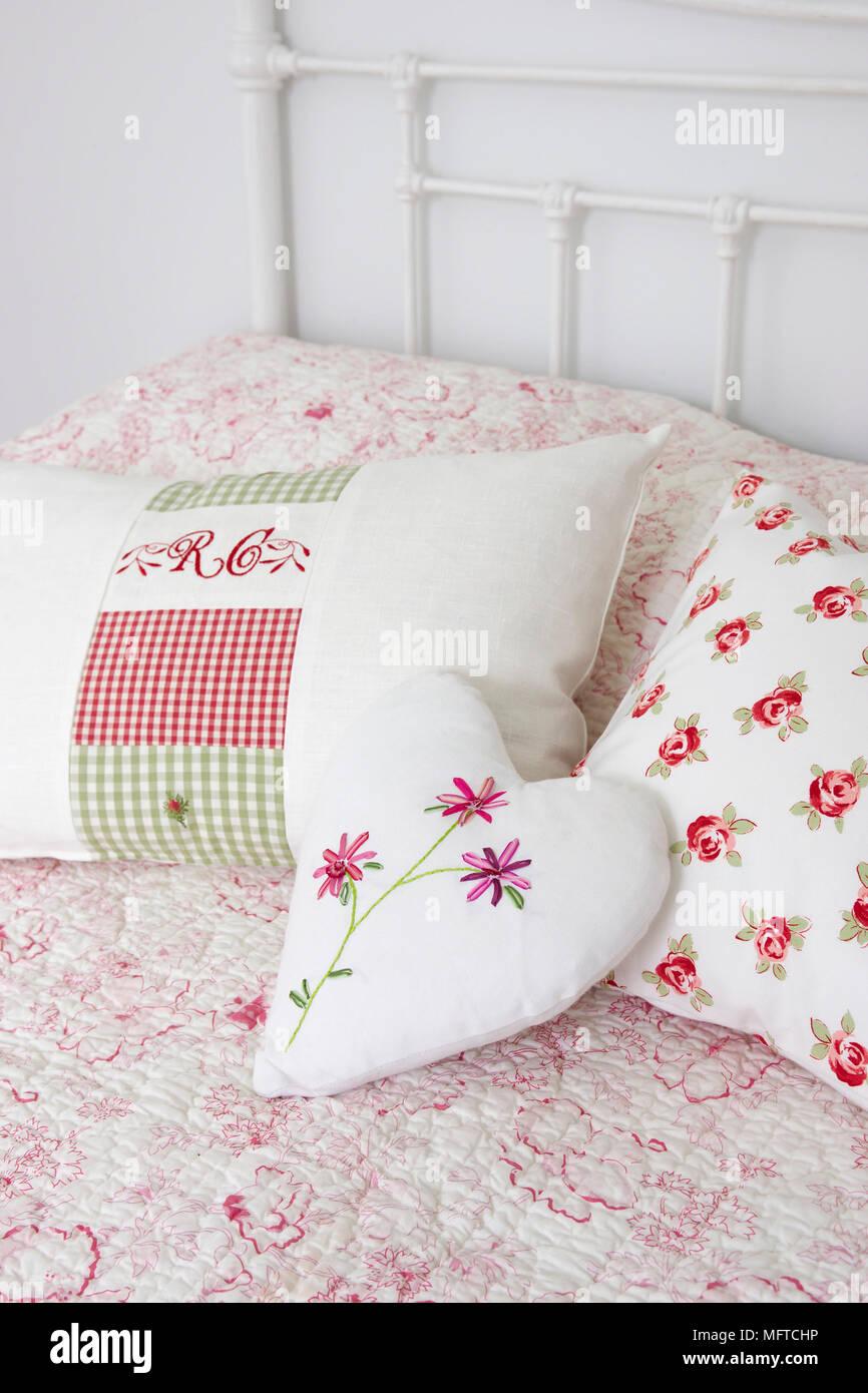 A forma di cuore sul cuscino del letto Foto & Immagine Stock ...
