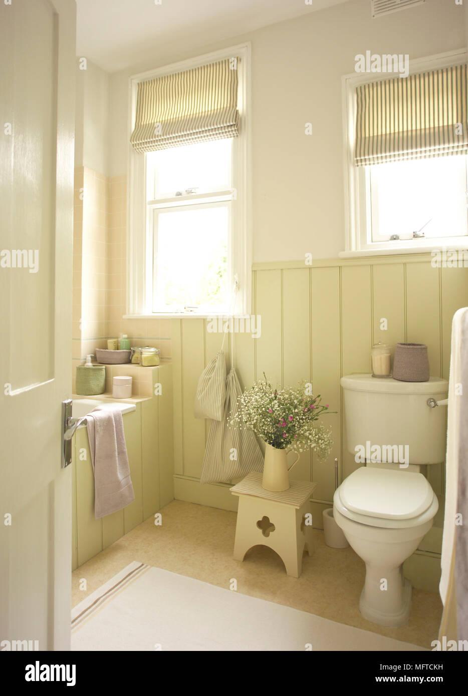 Foto Bagni Stile Country vista in stile country bagno con pannelli in legno foto