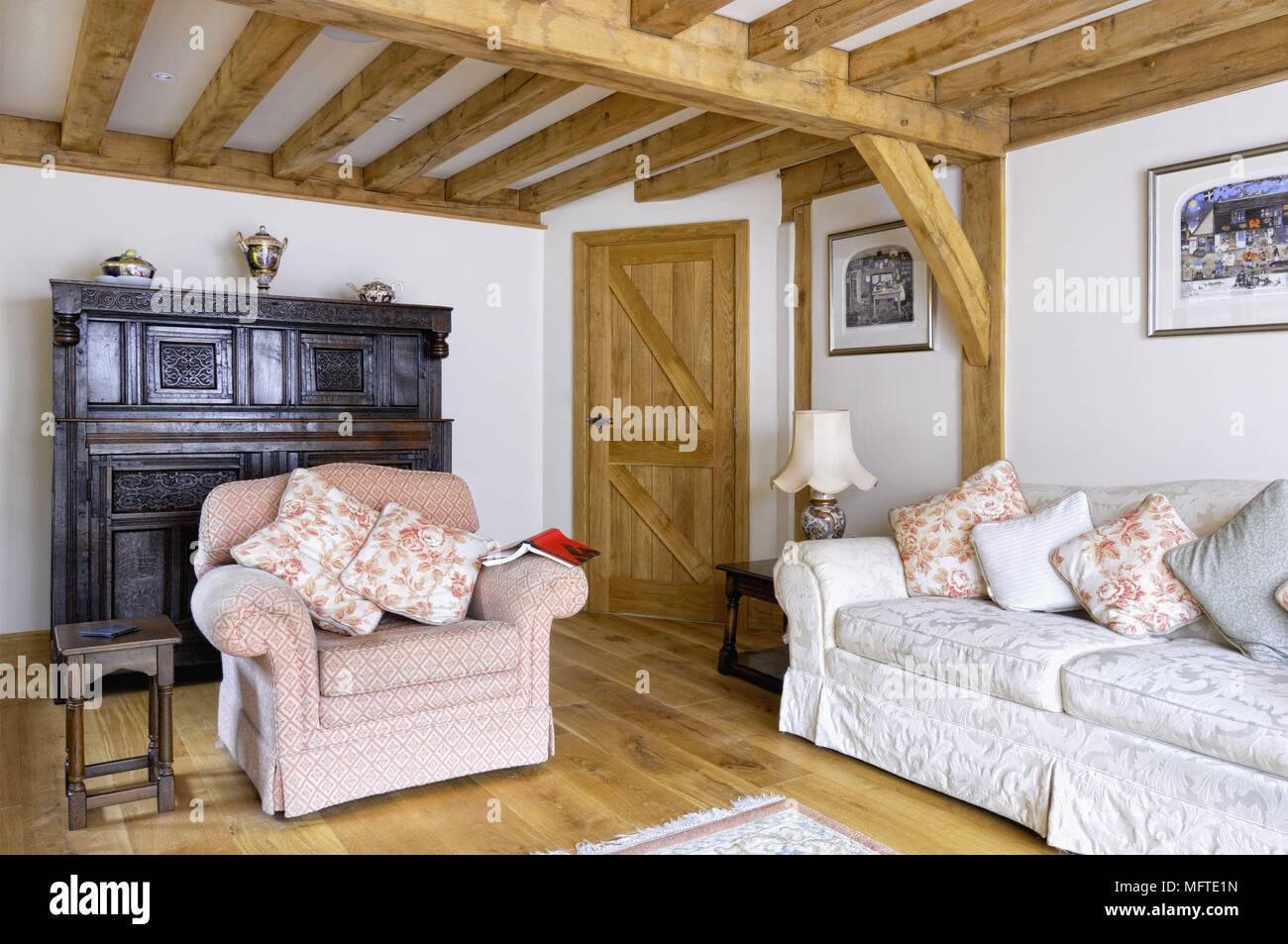 Poltroncina imbottita e divano in stile country salotto Foto ...