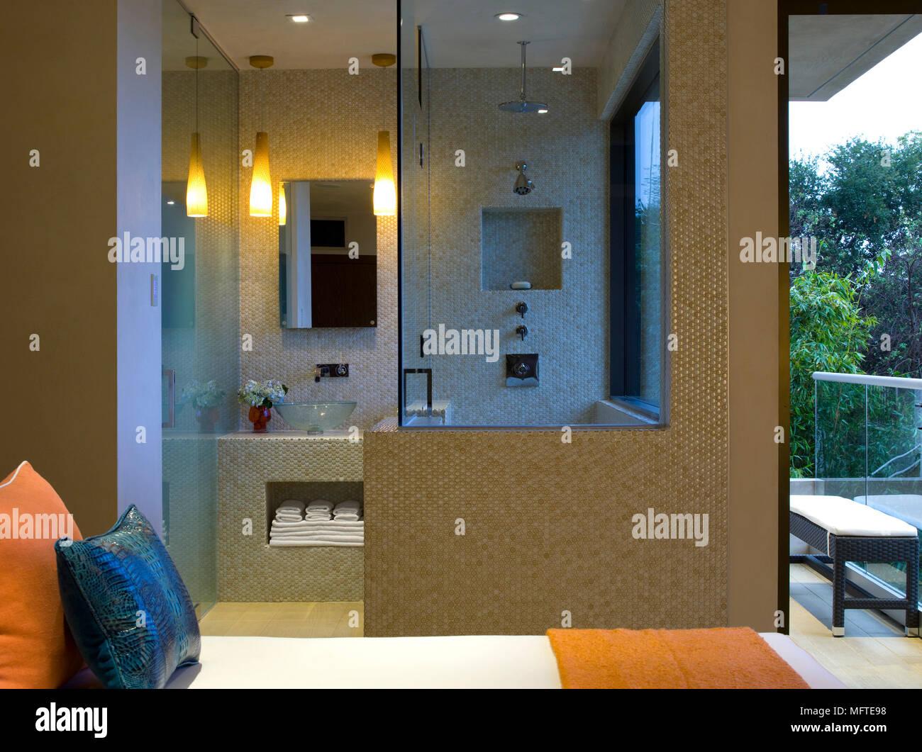Vista in bagno in camera da letto moderna con letto singolo ...