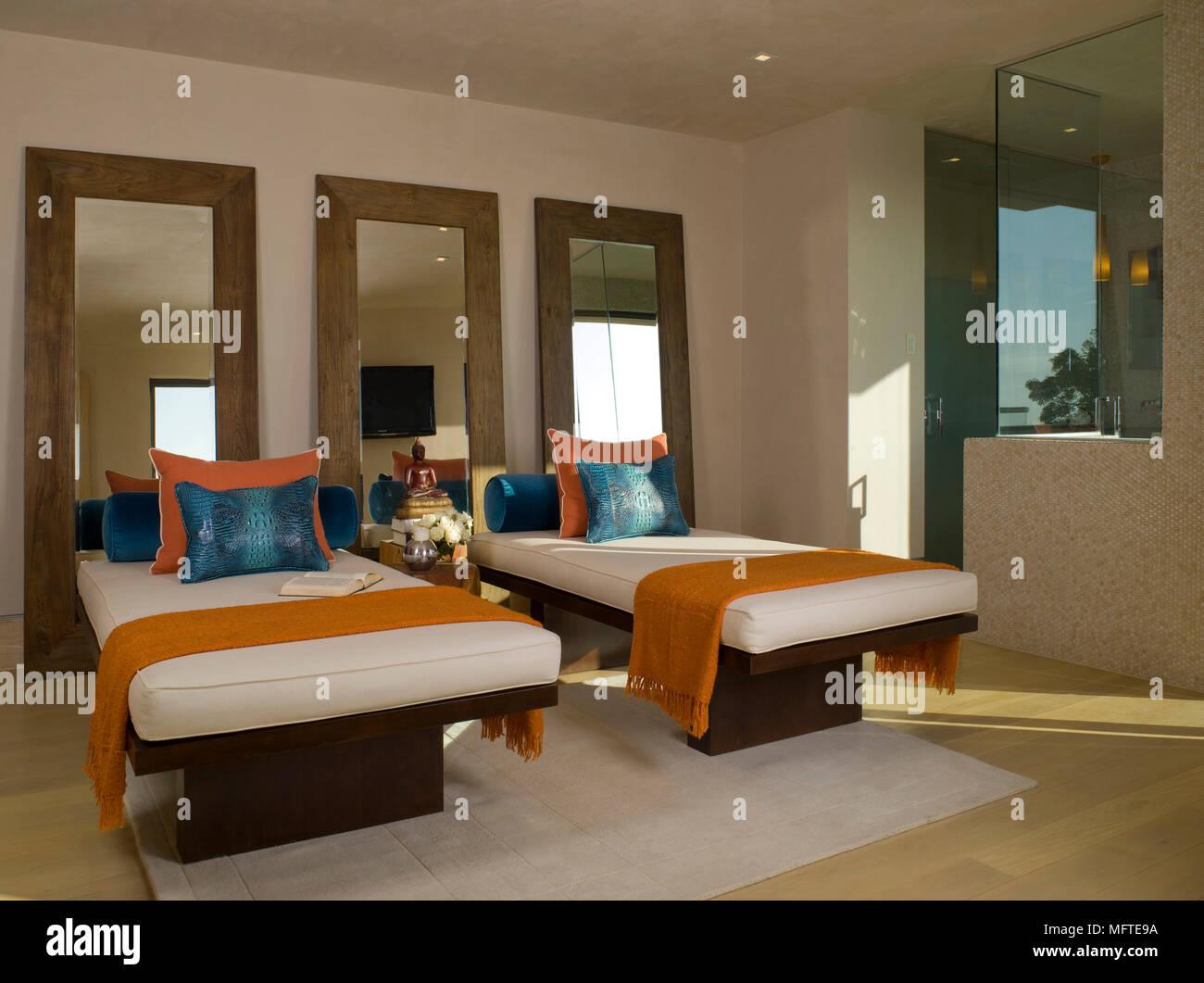 Tre specchi dietro due letti singoli nella camera da letto moderna ...