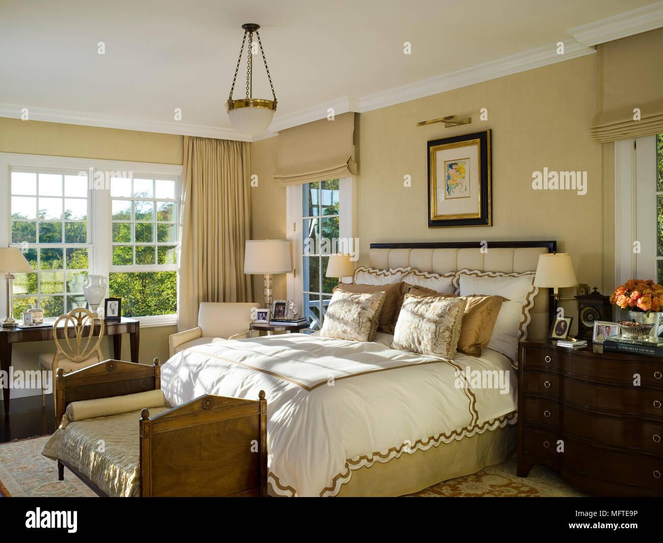 Camere Da Letto Tradizionali : Letto matrimoniale con testata rivestita in camera da letto