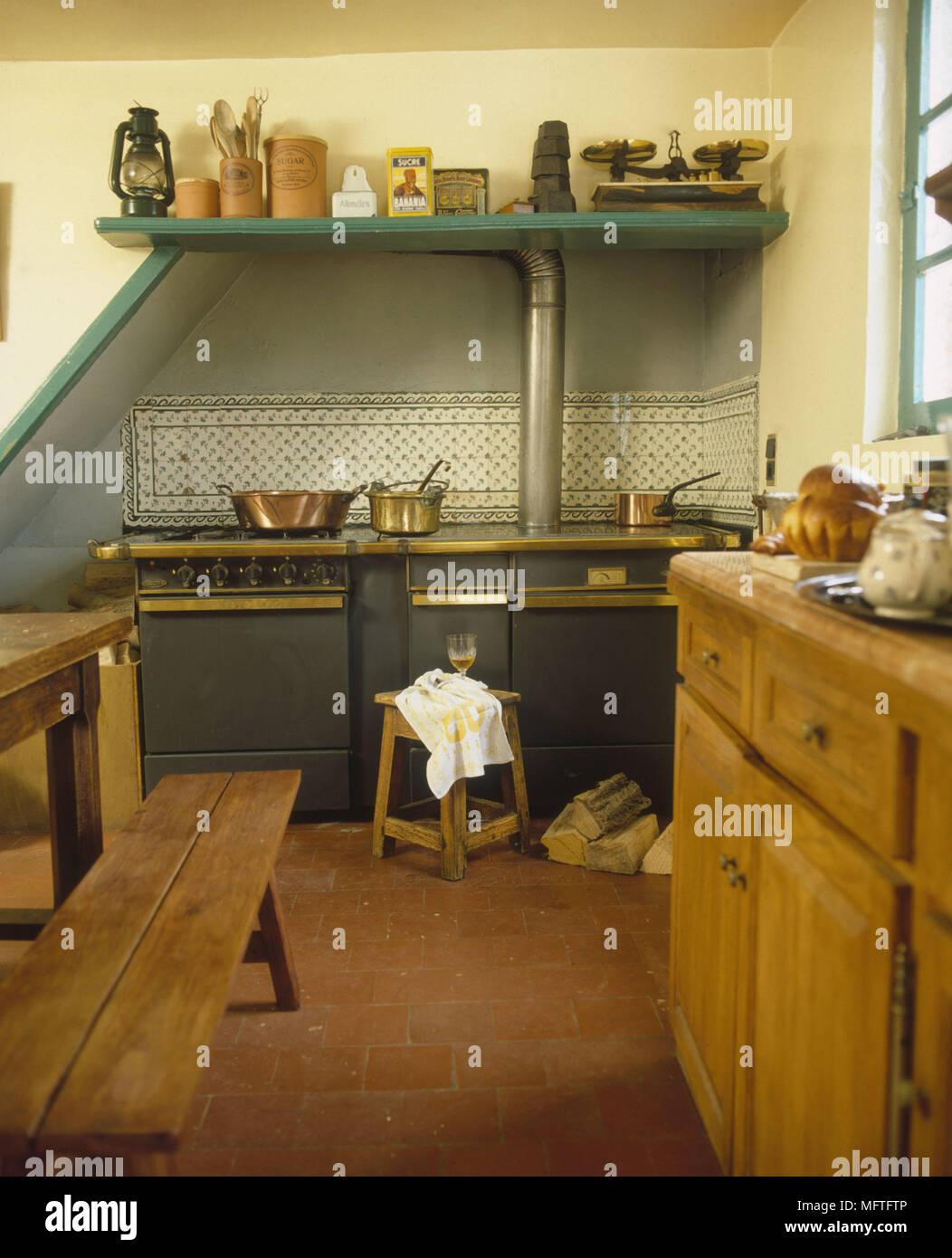 Cucina tradizionale pareti giallo unità di legno Scaffali ...