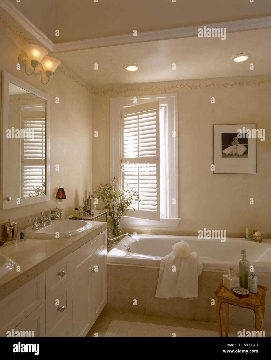 Bagno moderno bagno doppi lavabi impostato nella finestra for Bagni di design