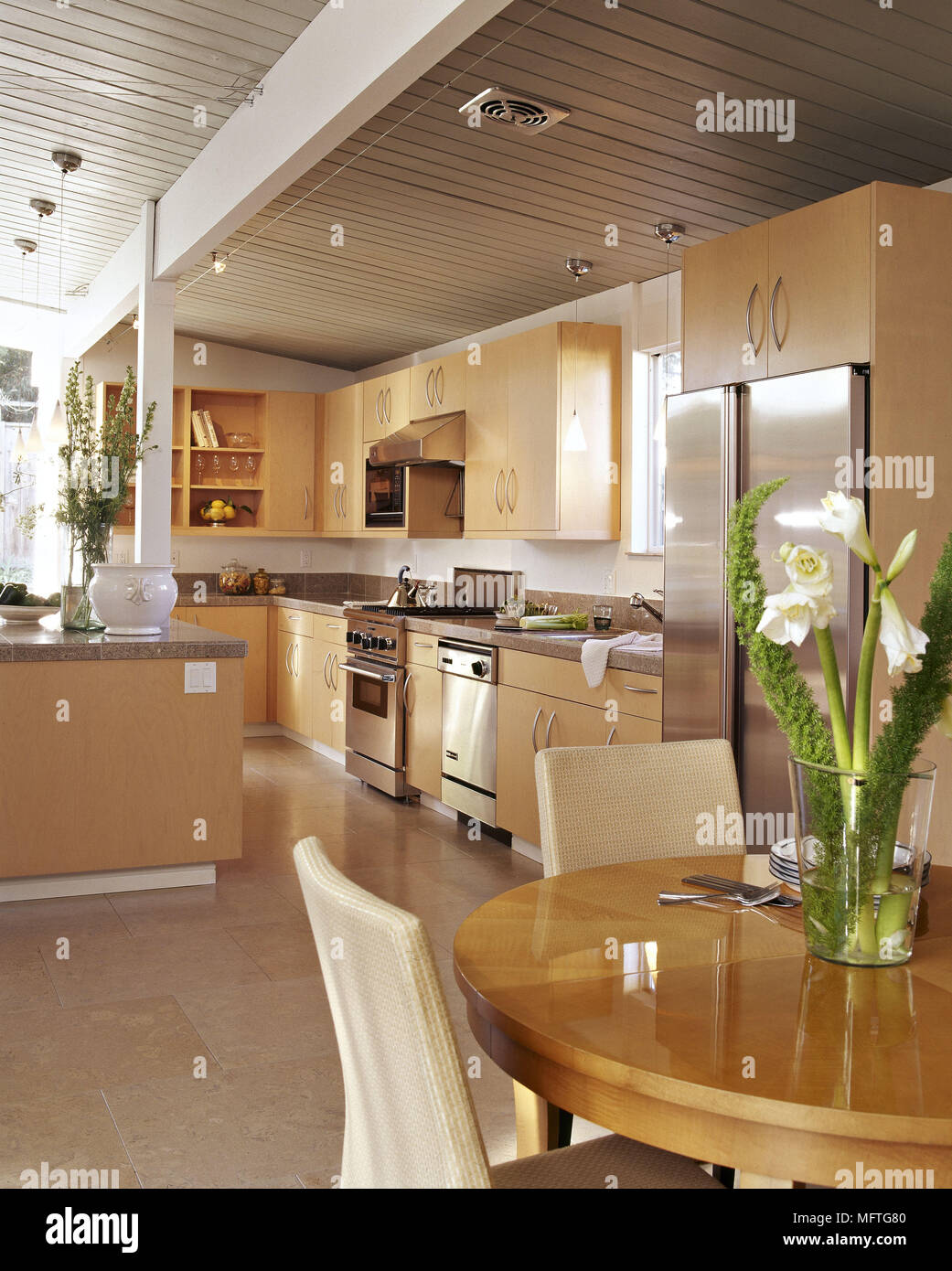 Cucina moderna con area da pranzo unità legno tavolo rotondo sedie ...