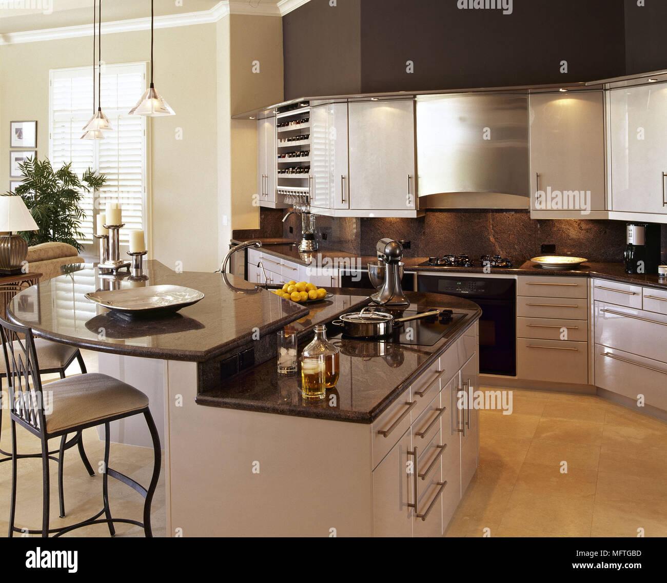 Modern open plan cucina con isola centrale unità e granito nero del ...