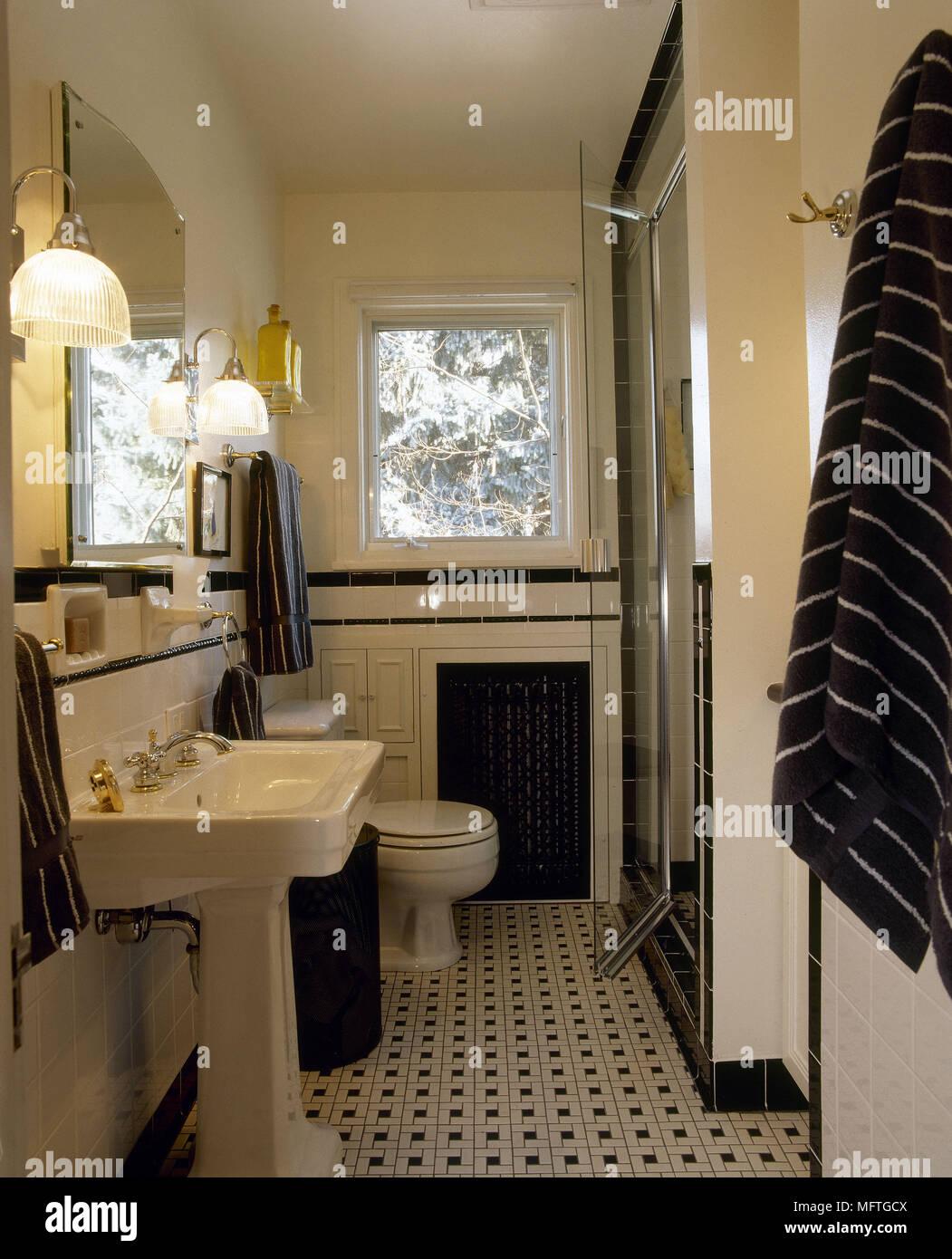 Bagno tradizionale mosaico pavimento piastrellato colonna lavabo WC ...