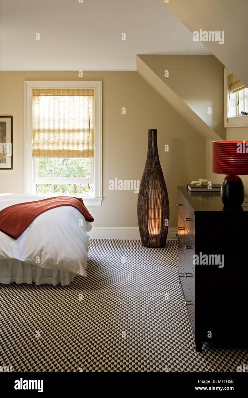 Cassettiera e lampada da terra in camera da letto moderna ...