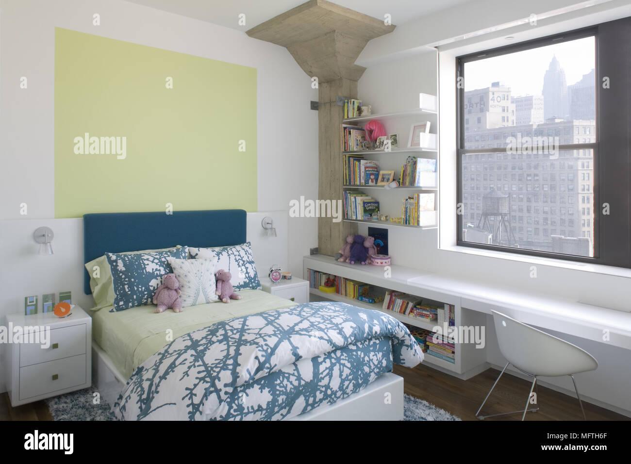 Bambini La camera da letto con letto singolo e costruito in desk ...