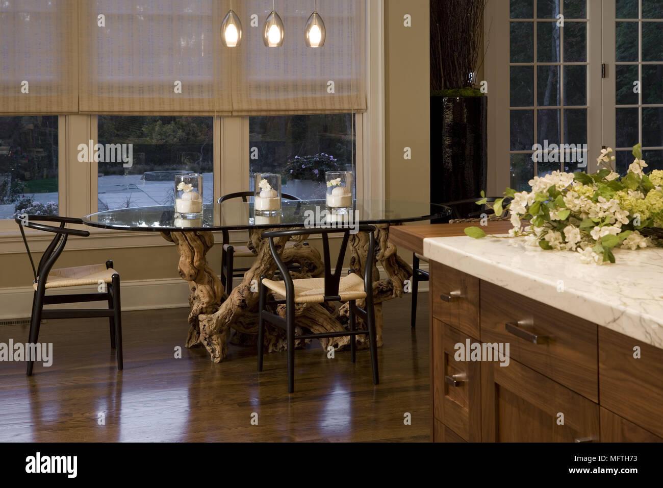 Legno Scuro E Sedie A Ripiano In Vetro Tavolo Ovale Nella Moderna Cucina Con Area Da Pranzo Foto Stock Alamy