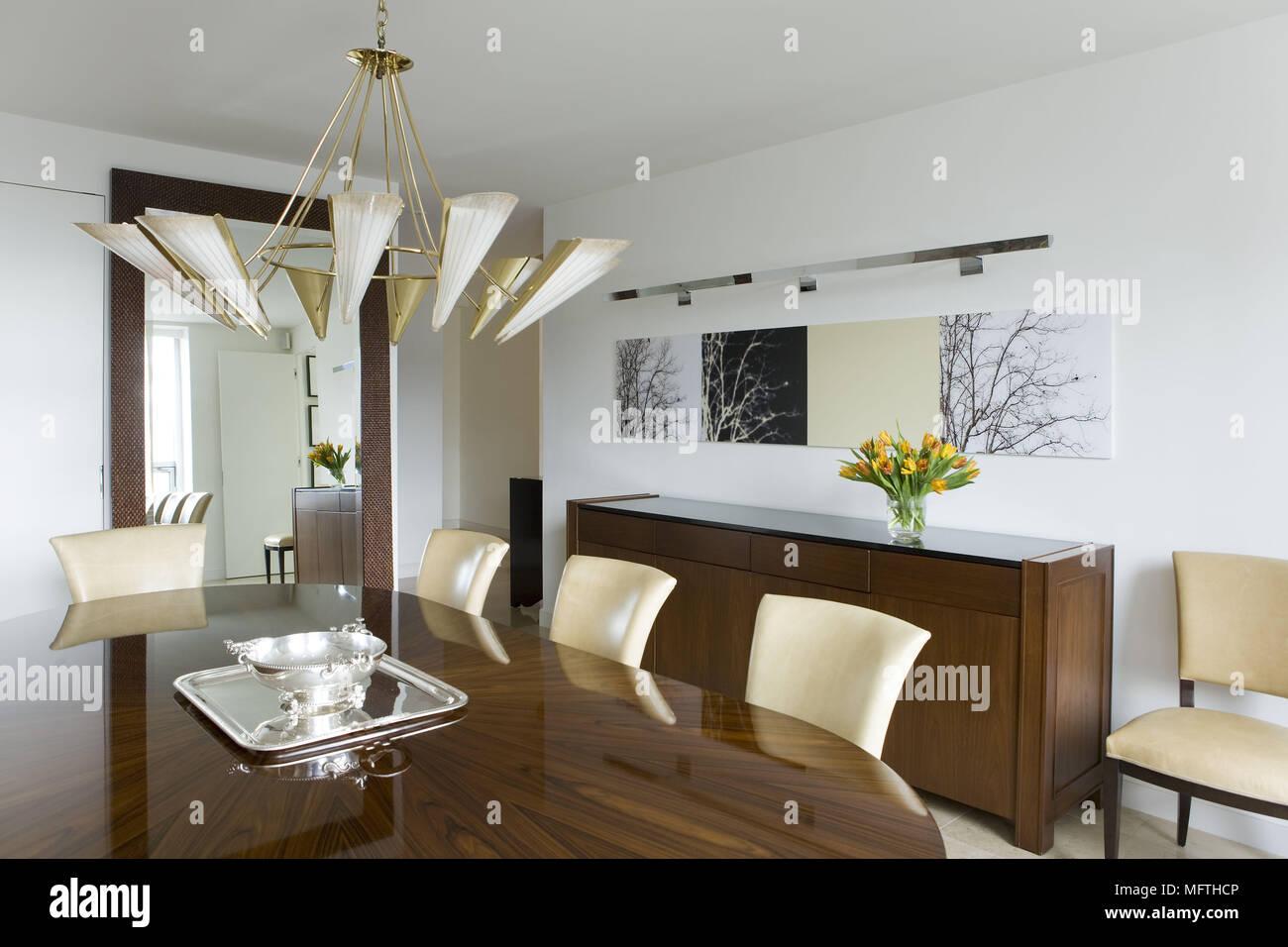 Tavoli Sala Da Pranzo In Legno : Luce pendente al di sopra di un tavolo di legno nella moderna sala
