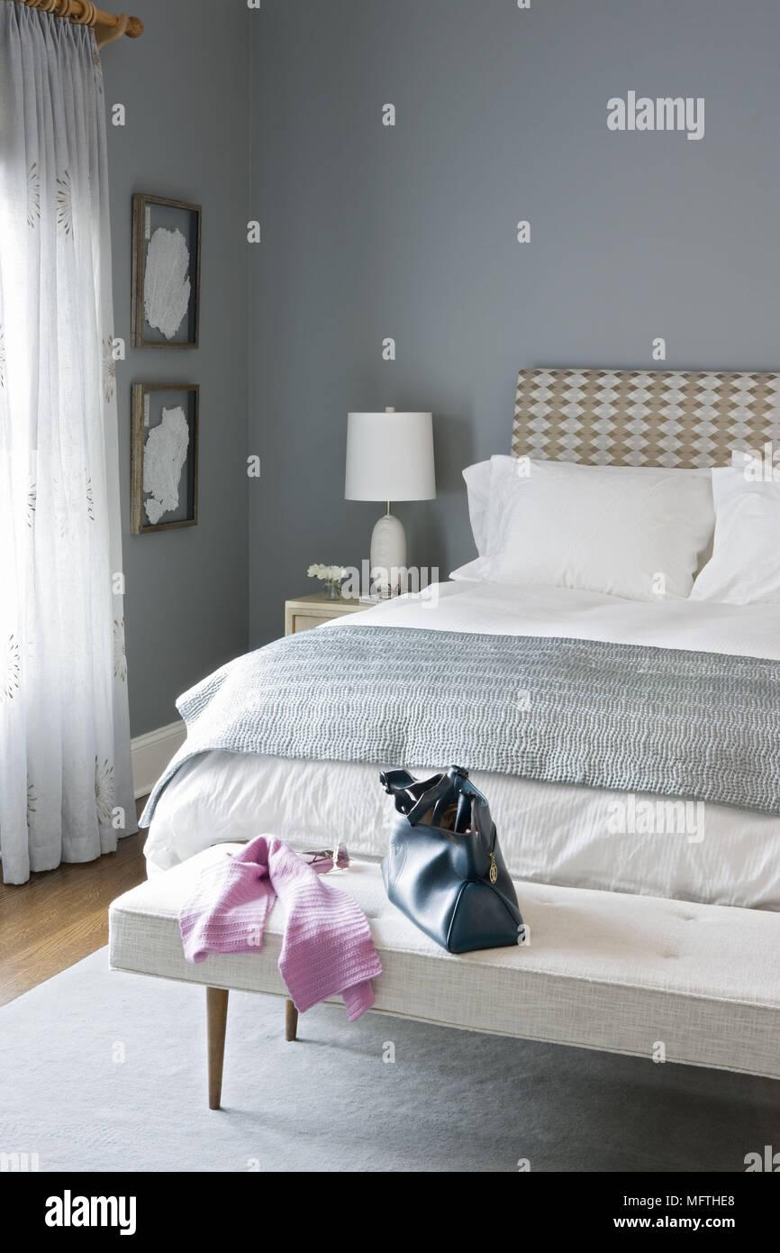 Panca imbottita seduta ai piedi del letto matrimoniale in stile ...