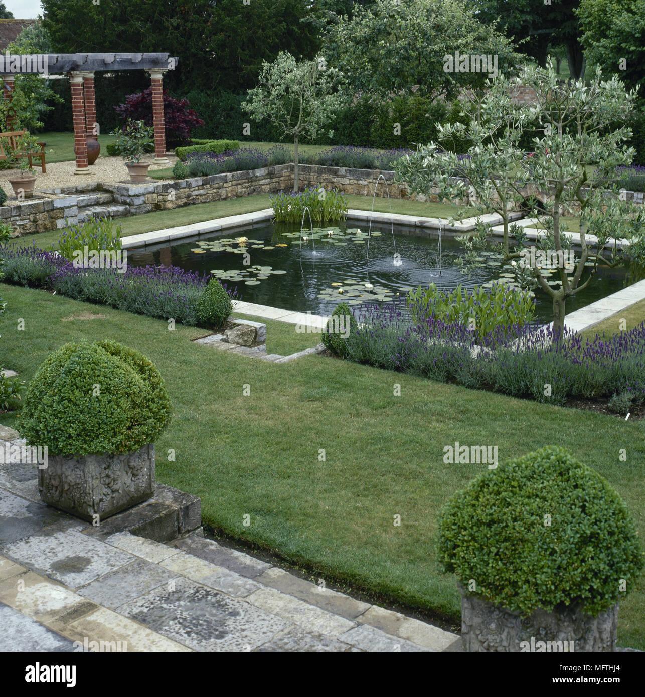 Giardino formale con una terrazza lastricata stagno muri for Stagno in giardino