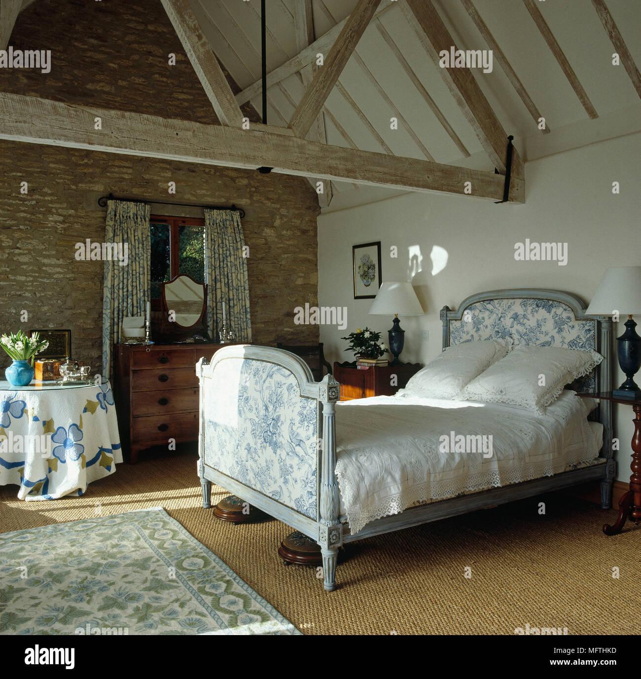 Antico letto francese in stile country camera da letto Foto ...