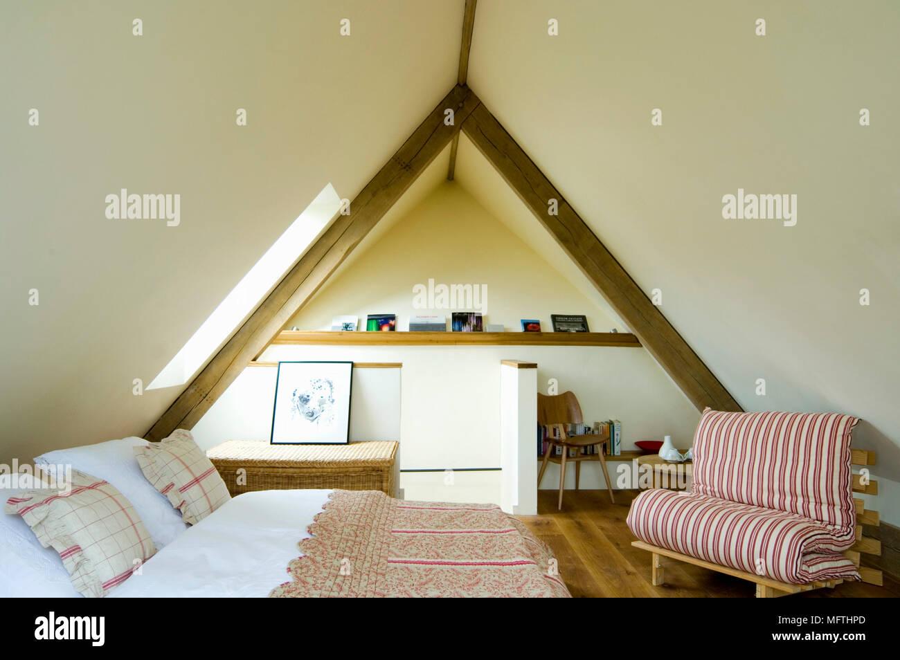 Letto Matrimoniale Giallo : Sedia futon rivolta verso il letto matrimoniale in camera da letto