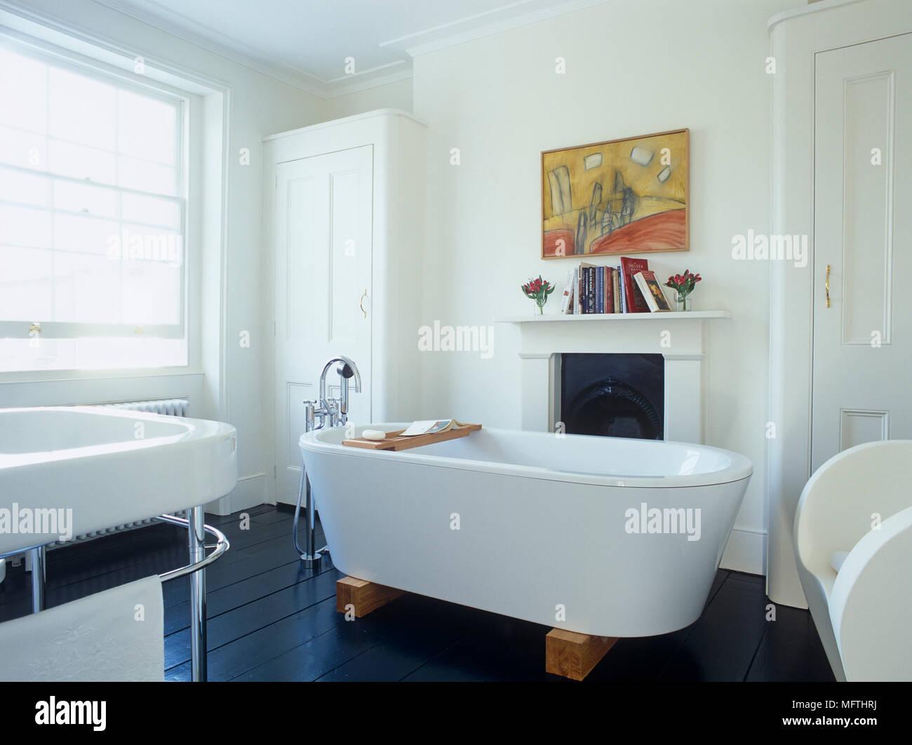 Un bagno moderno con un bianco freestanding vasca di un lavandino