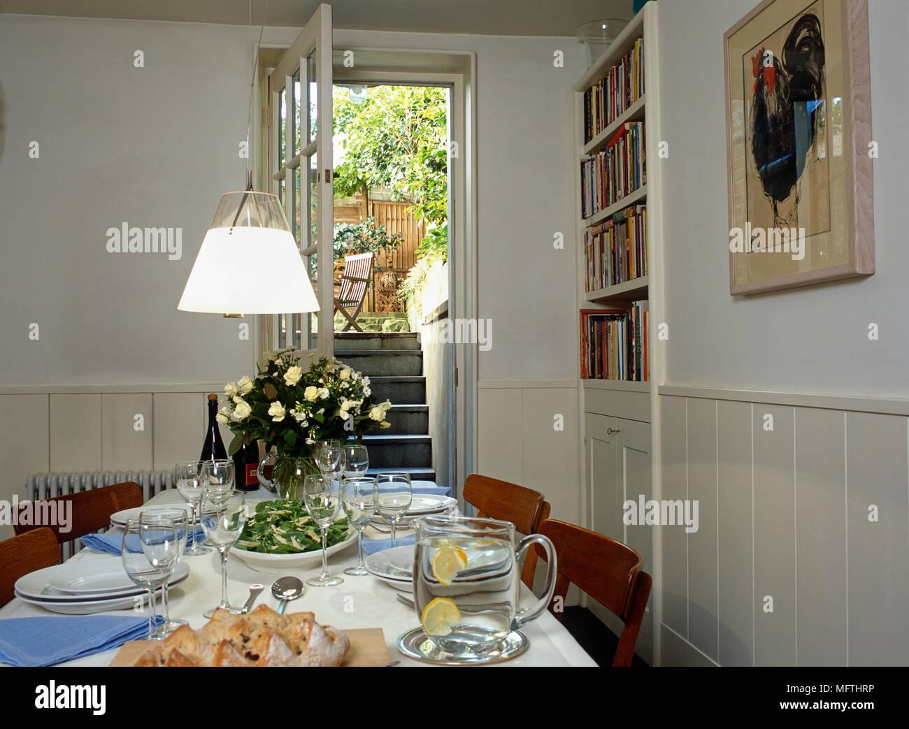 Quadri Per Sala Da Pranzo una vista di un paese sala da pranzo con un tavolo per il