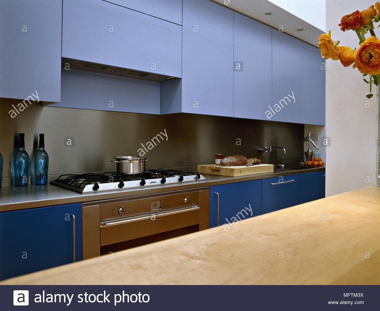 Credenza Con Forno : Una cucina moderna con armadi blu lavori in legno di gamma superiore