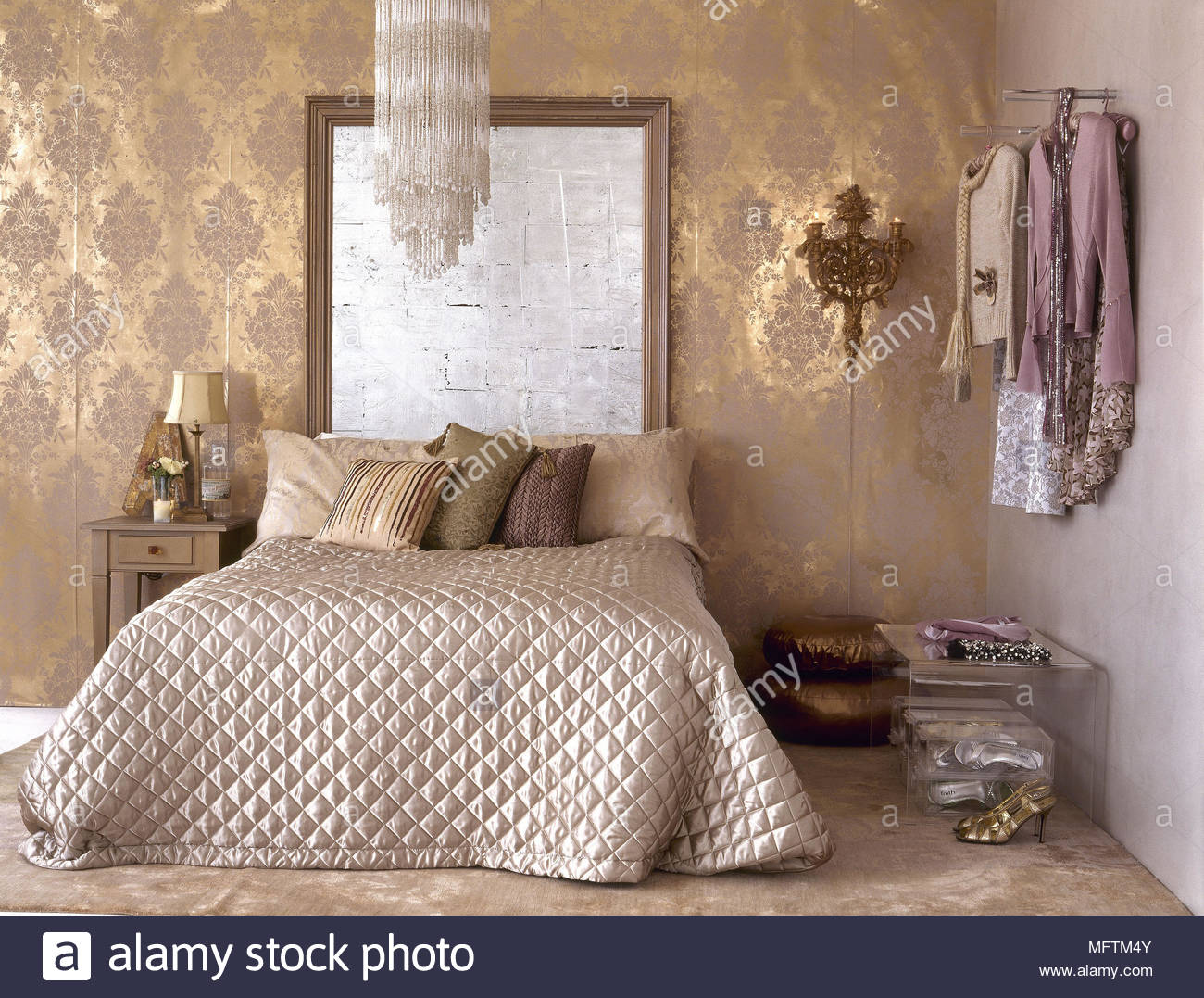 Letti Matrimoniali Trapuntati.Una Tradizionale Camera D Oro Con Carta Da Parati Di Pattern Letto