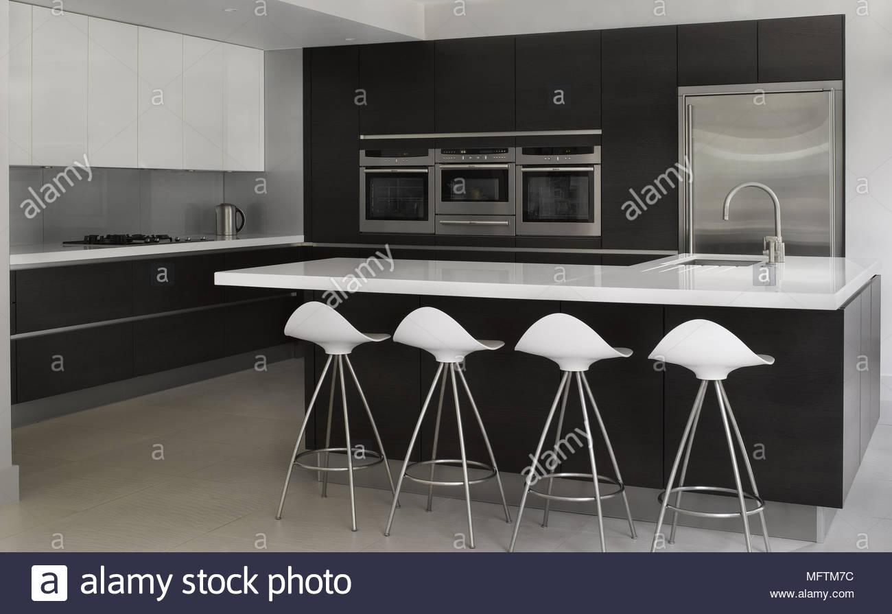 Sgabelli da bar a bar per la colazione nella cucina moderna foto