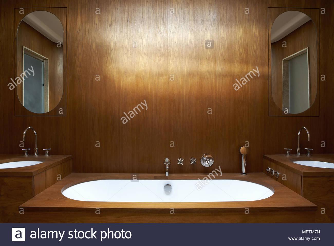 Vasca Da Bagno Con Pannelli : Vasca da bagno in legno bagno con pannelli foto & immagine stock