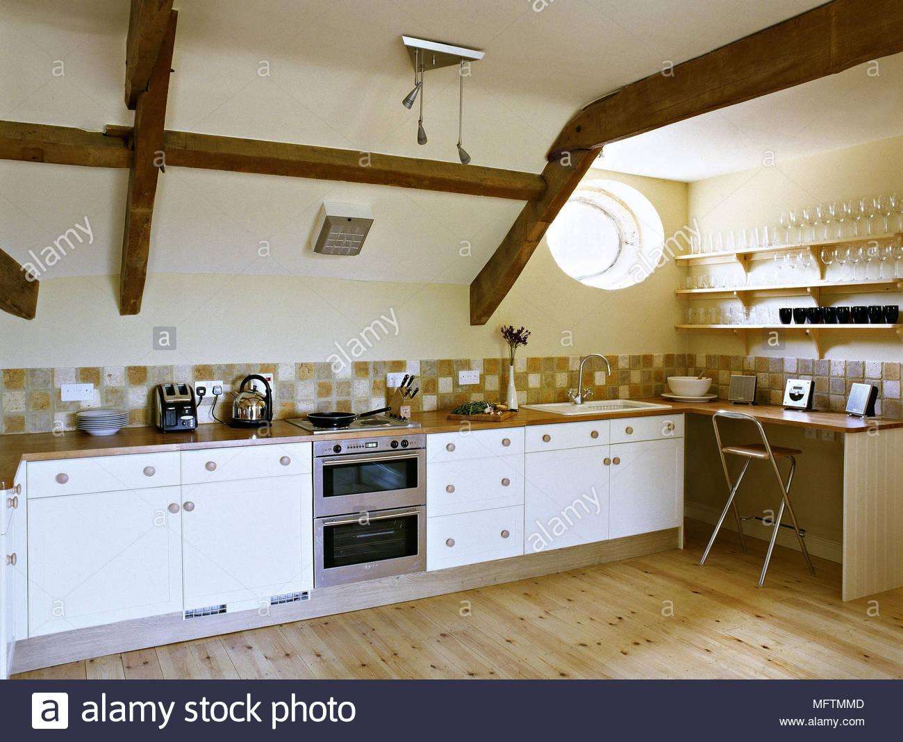Stile country cucina giallo con le unità bianche e bar per la ...