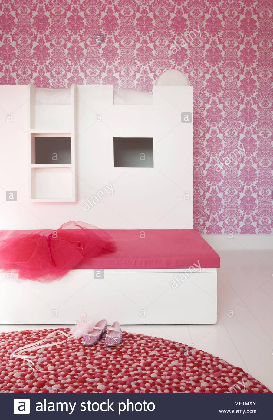 Letto matrimoniale con coperchio rosa in camera da letto con carta ...