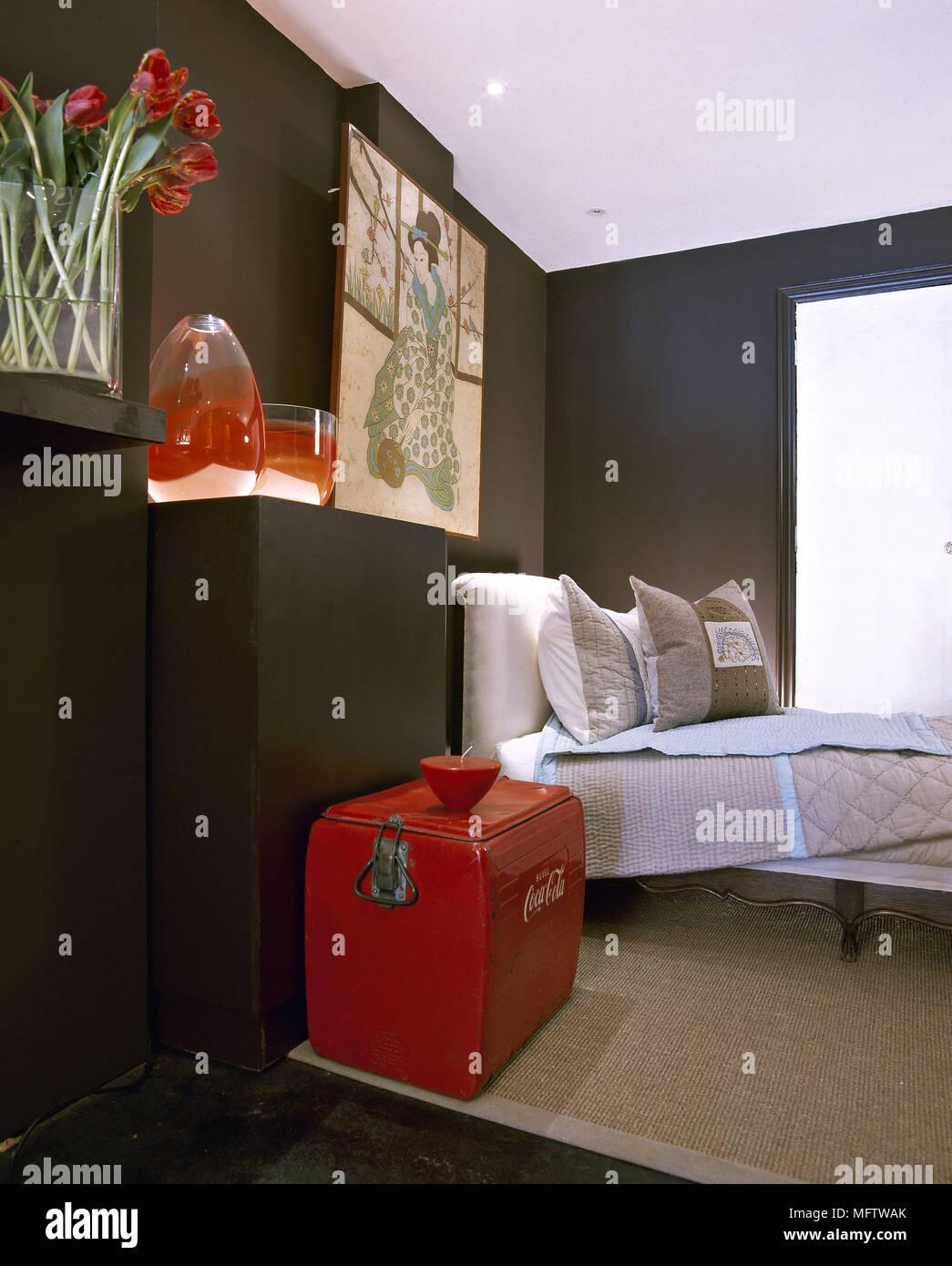 Una moderna camera da letto stampa giapponese vasi rossi morbidi ...