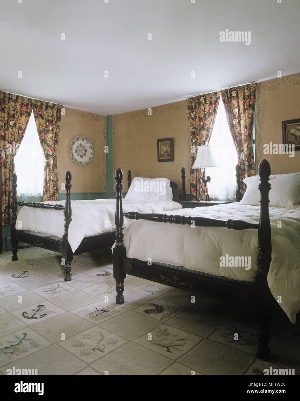 Una tradizionale camera da letto con due antiche in legno letti ...