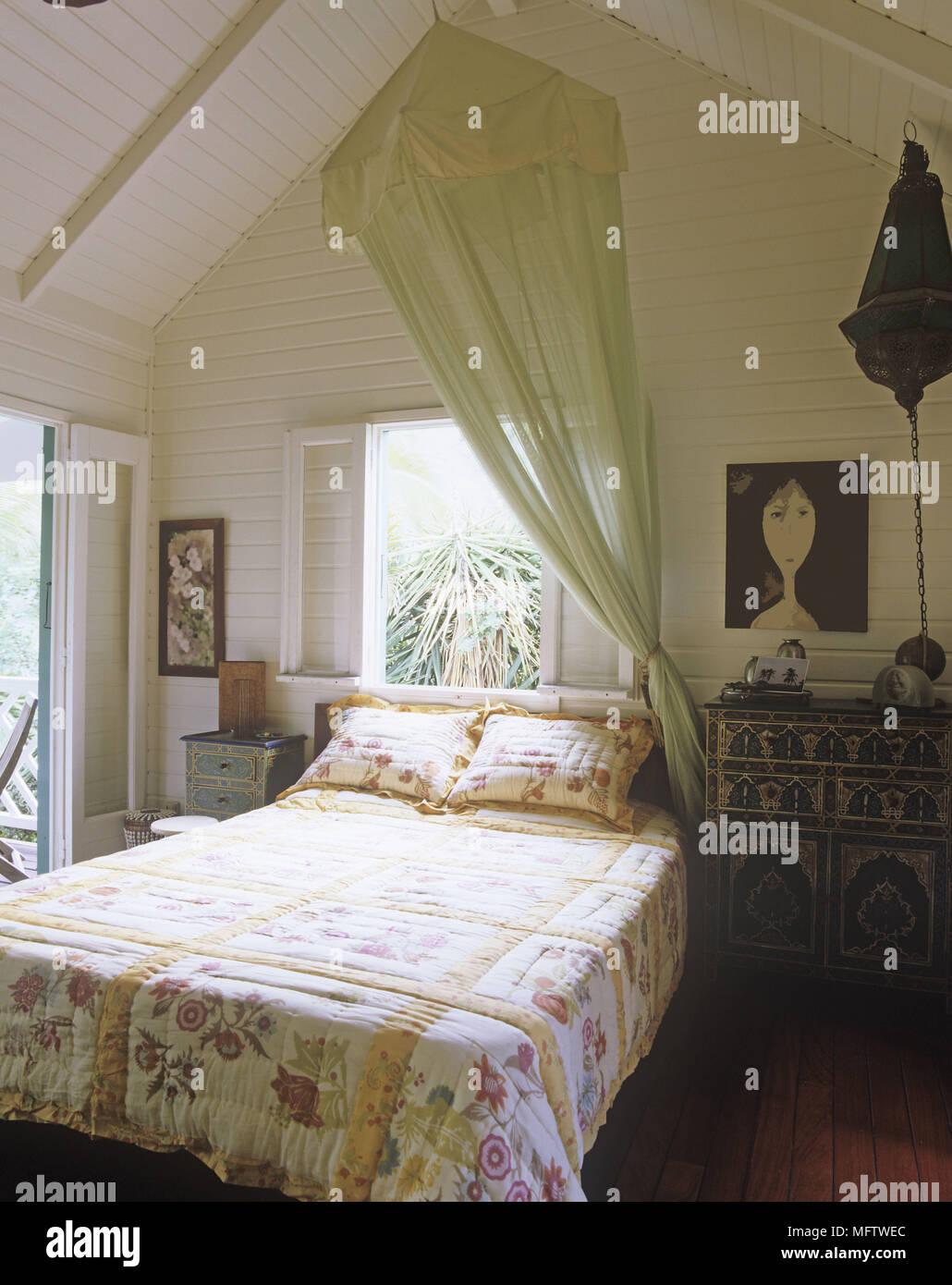 5fbab70d8f awesome una camera da letto con biancheria floreale di un verde zanzariera  sopra il letto e diversi dipinti with biancheria camera da letto
