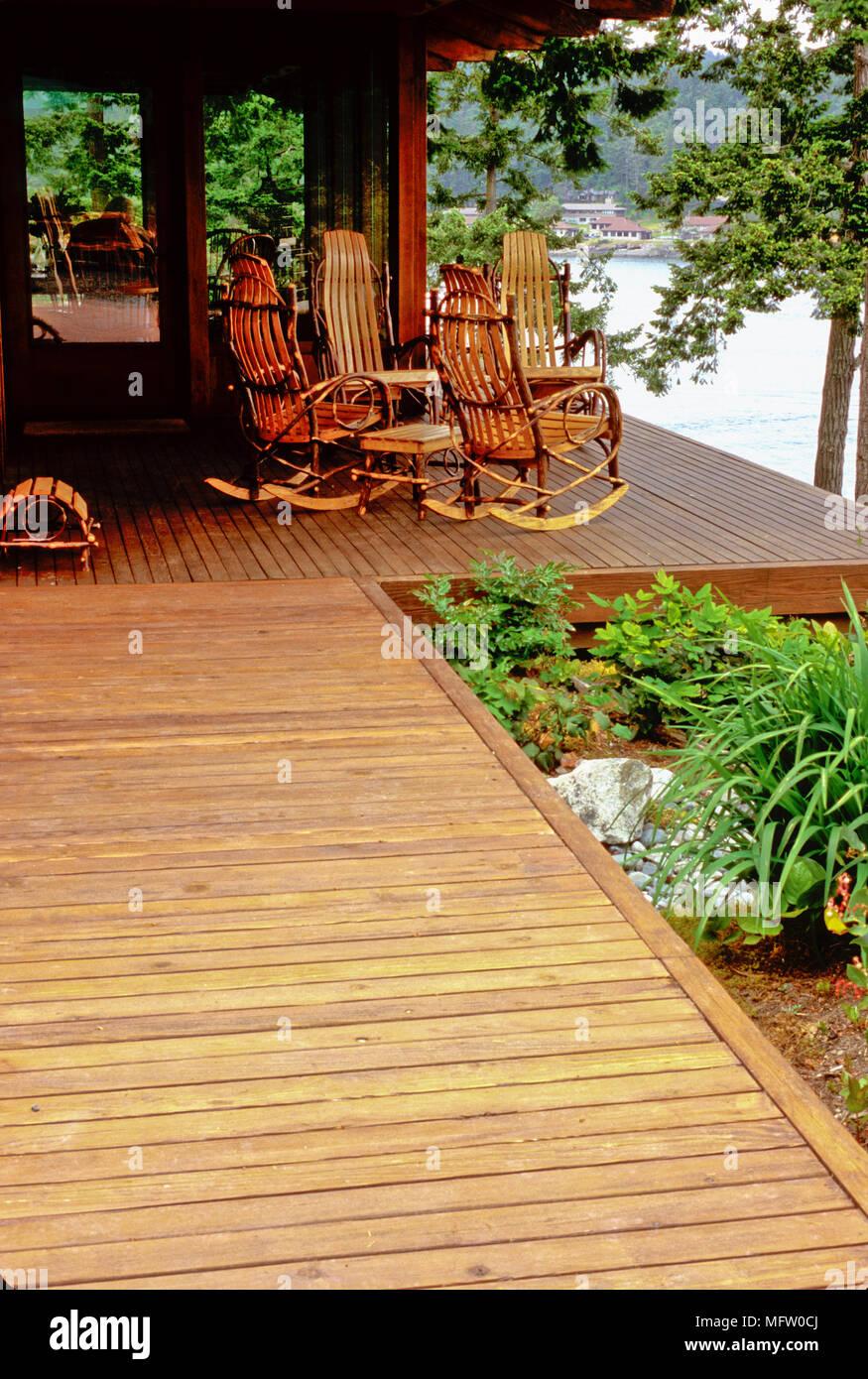 Sedie A Dondolo Per Terrazzo sedie a dondolo sul terrazzo con la piantagione di iris
