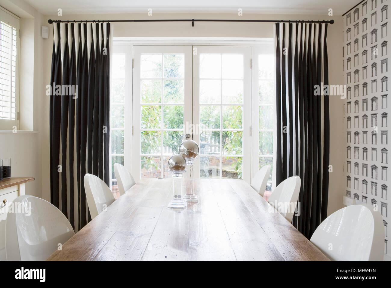 Tavolo Da Pranzo In Legno E Sedie In Plastica Bianca In Camera Con