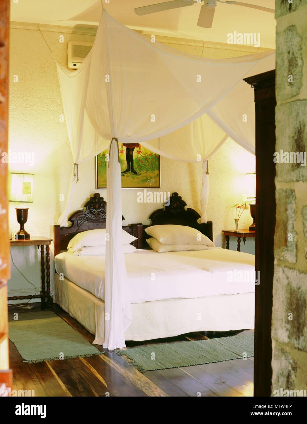 Paese camera da letto con pavimento in legno accesa la lampada da ...