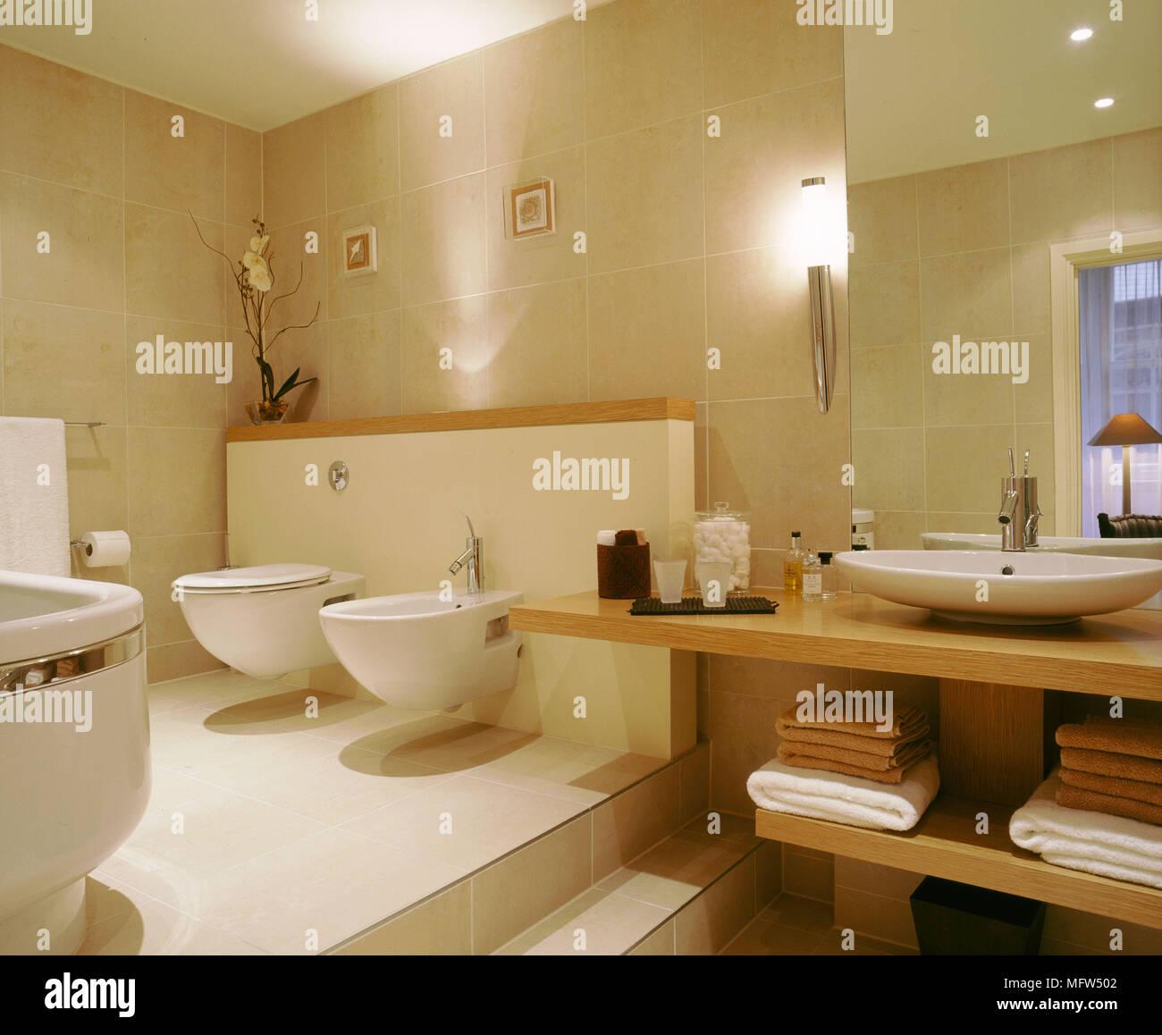 Neutro moderno bagno wc bidet lavandino su legno unit di illuminazione a scomparsa foto - Illuminazione bagno moderno ...