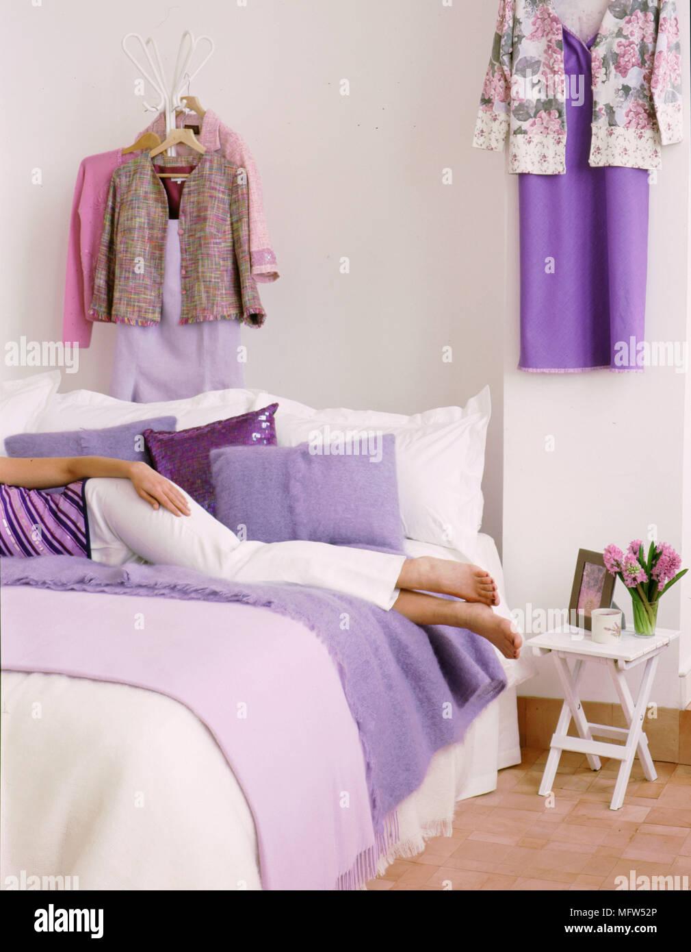 Moderna camera da letto bianco dettaglio donna sdraiata sul ...
