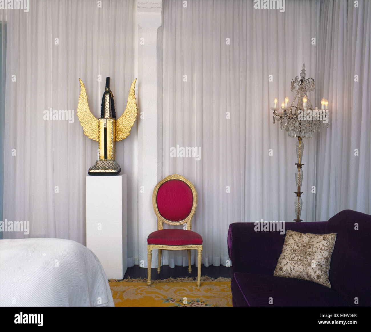 Stili Di Camere Da Letto un dettaglio di una camera da letto con una miscela di stili