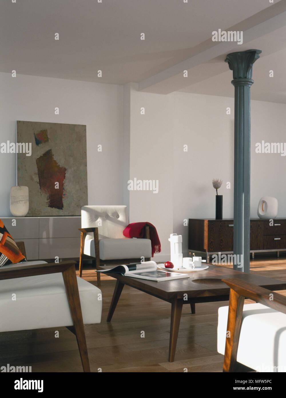 Un moderno salotto contemporanea con tavolo e sedie accanto a una ...