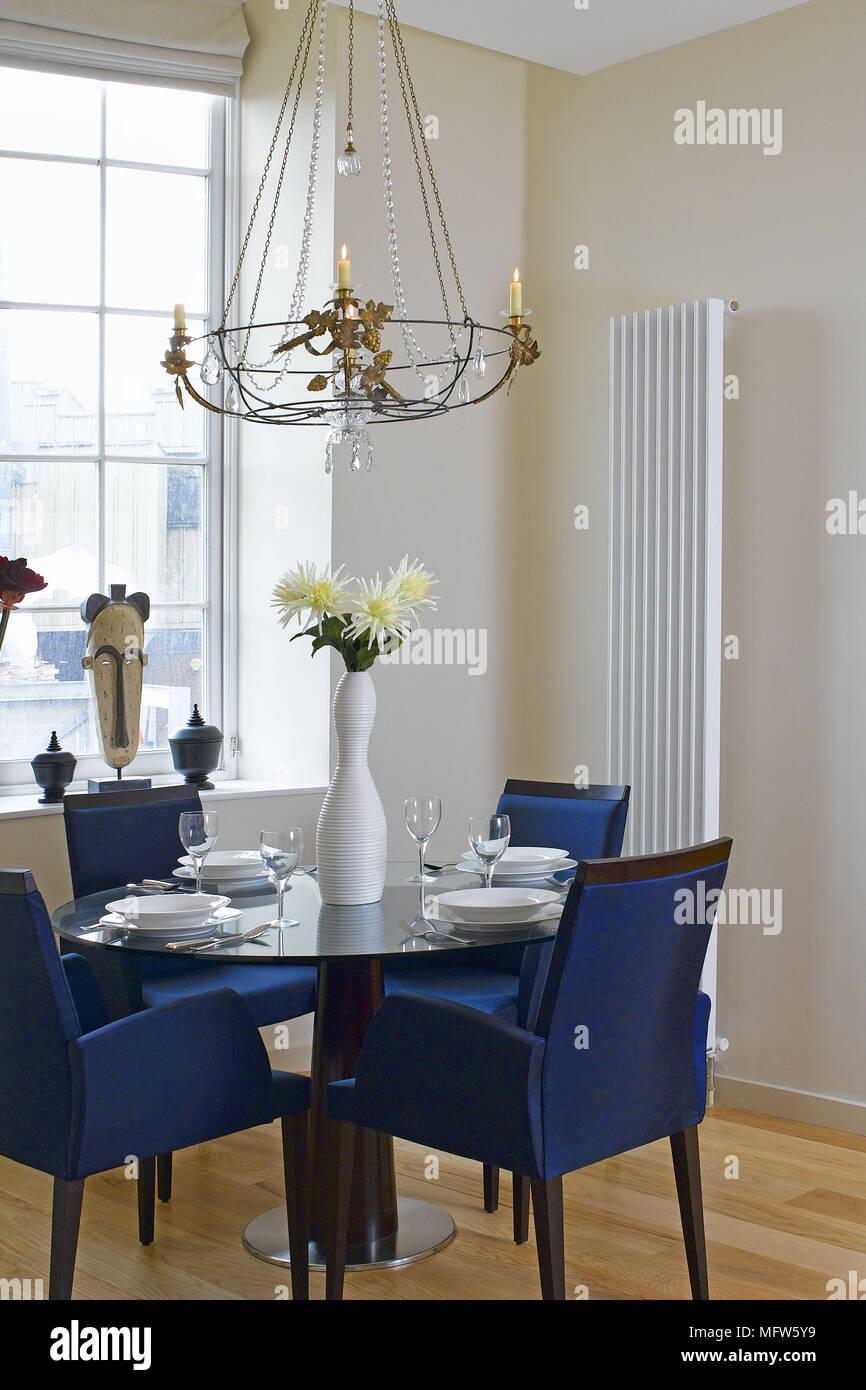 Sedie rivestite di tessuto blu insieme attorno a un tavolo da pranzo ...