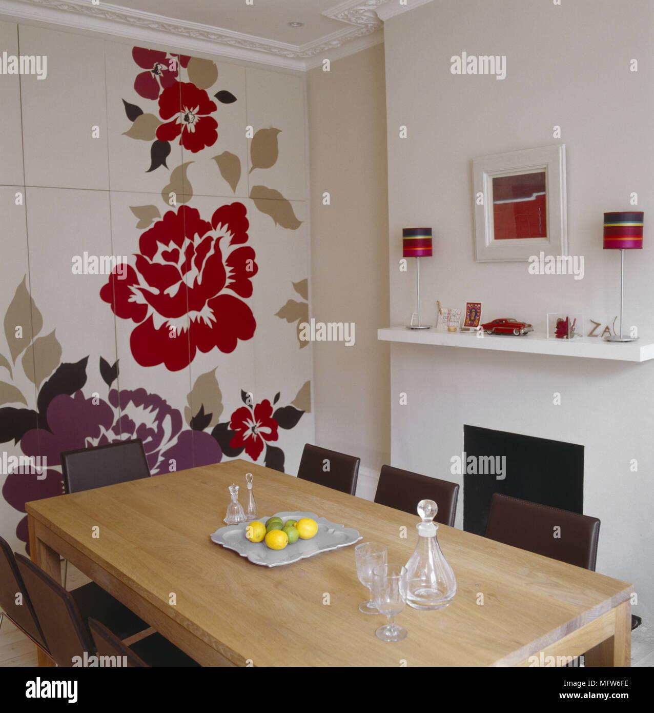 Una Moderna Sala Da Pranzo Con Camino Semplice Floreale Dipinto Murale Sulla Parete Tavolo In Legno Sedie In Pelle Foto Stock Alamy