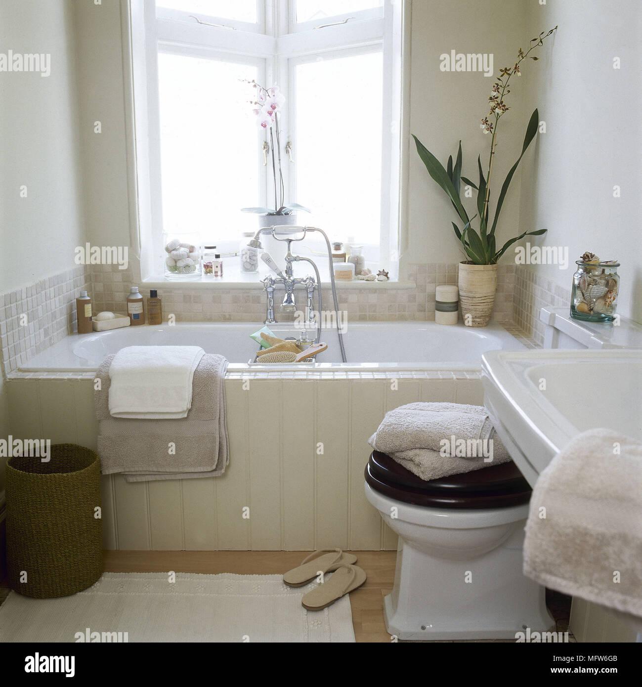 Bagno con vasca e doccia in legno e surround wc in stile - Vasca bagno legno ...