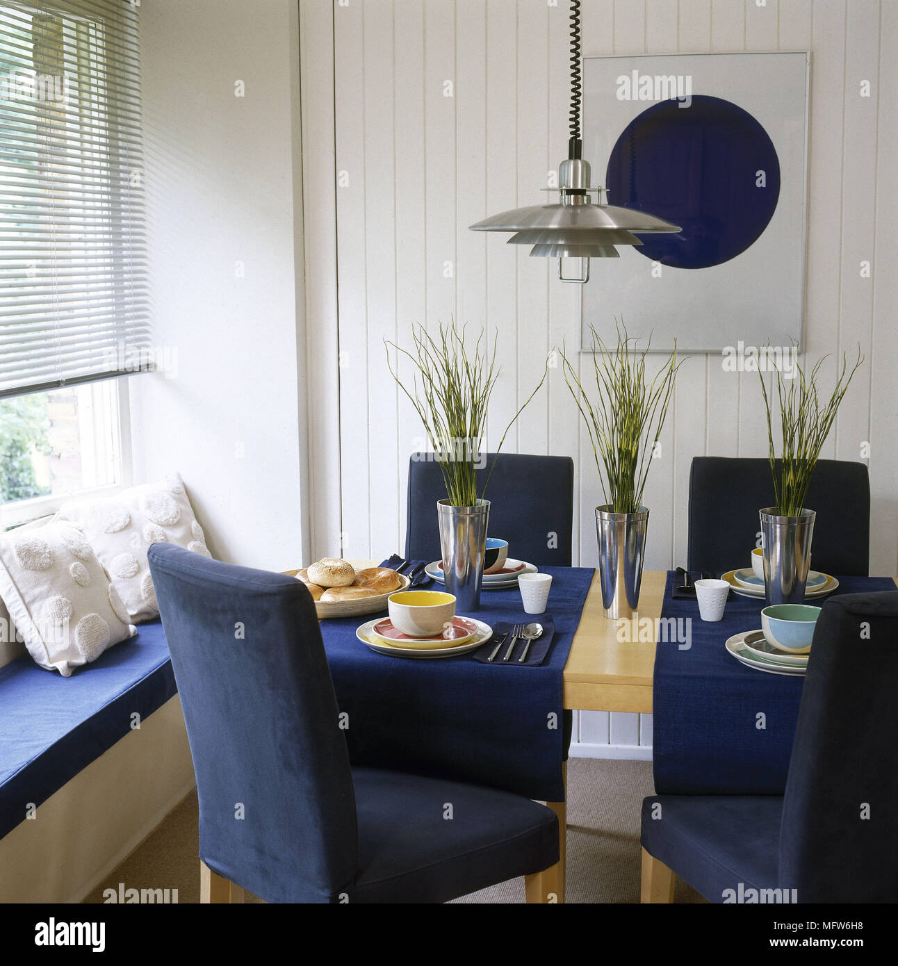 Sala da pranzo con finestra sedile e tavolo in legno con ...