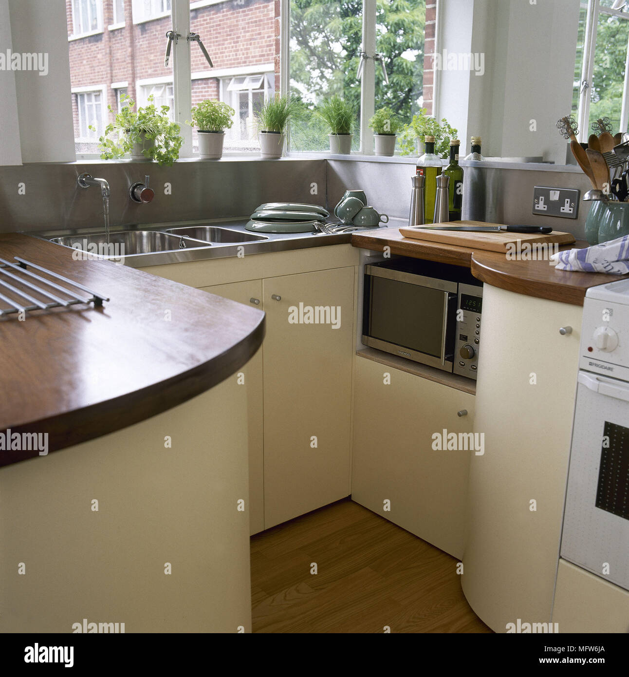Cucina con unità di giallo e in legno piani di lavoro con lavello in ...