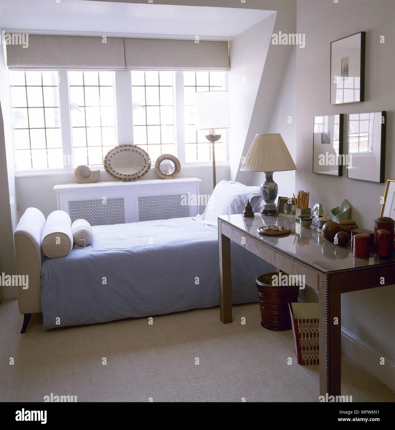 Letto imbottito e toeletta e finestra con tenda a pacchetto in camera da letto foto immagine - Tenda per camera da letto ...